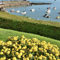 Jardim à beira mar