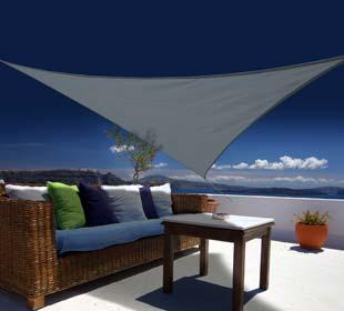 Toile ajourée triangulaire, une terrasse ombragée
