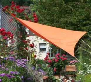 Lona impermeable triangular, una terraza a la sombra